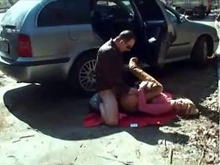 Offerte a un homme sur une aire d autoroute