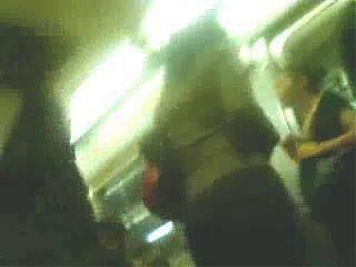 Grabandole el culo en el metro