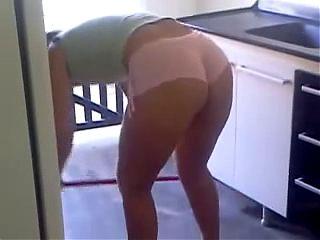 Esposa toda gostosa limpando a casa 2