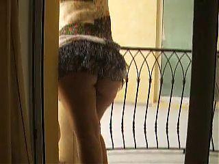 moglie affacciata al balcone