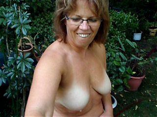 clotilde helene nue dans le jardin